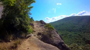 breakneck-ridge-trail-024-narrow-passage-next-to-cliff
