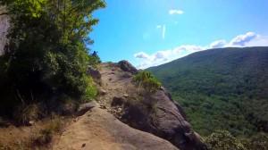 breakneck-ridge-trail-024-narrow-passage-next-to-cliff